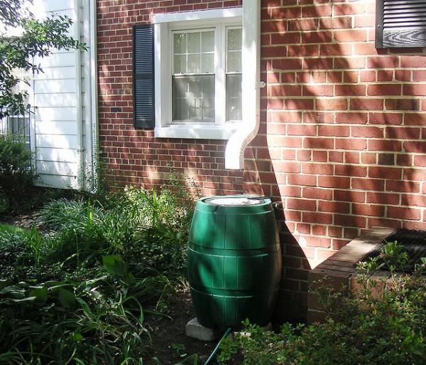 Installer un r cup rateur d eau de pluie bricoleur malin - Comment installer recuperateur eau de pluie ...